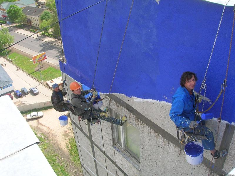 Окраска бетонной стены жилого дома