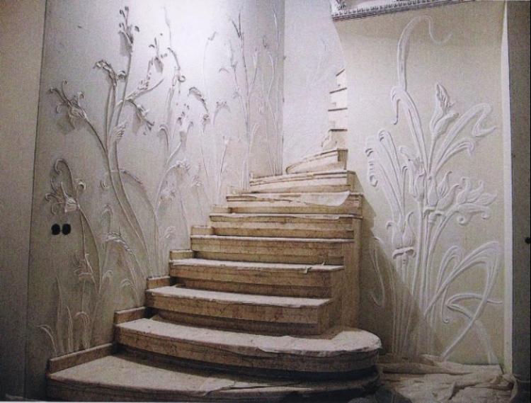Декорируйте стены около лестницы