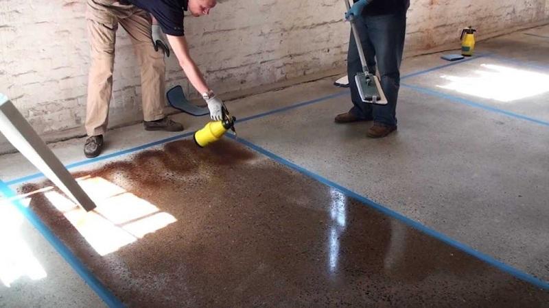 Процесс окрашивания бетонного пола
